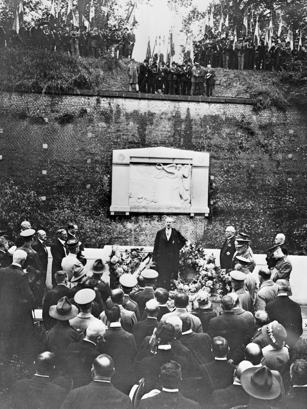 Lord Milner speaking at the unveiling of the New Zealand monument in Le Quesnoy. 15 July, 1923.